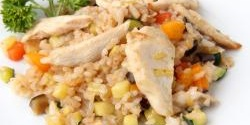 Rice salad with chicken pieces